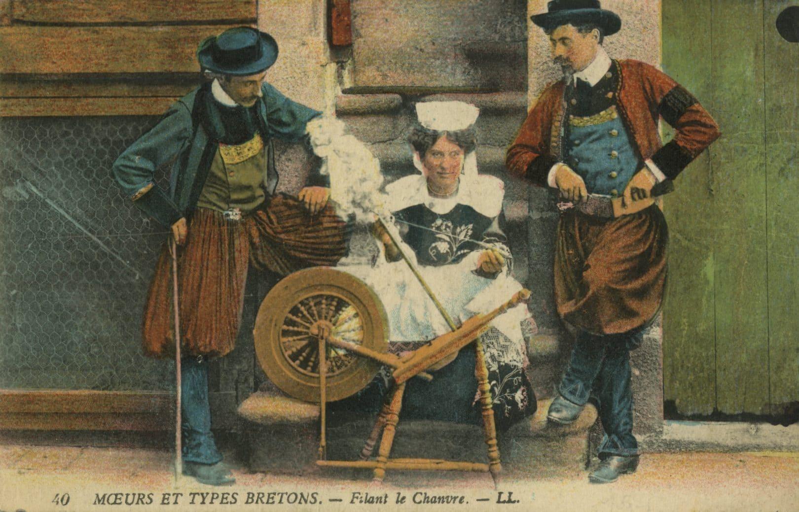 """""""Moeurs Et Types Bretons – filant le chanvre"""", Franse ansichtkaart, 1910."""